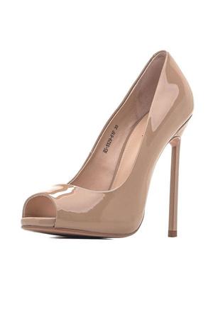 Фото №17 - От босоножек с декором до сандалий-гладиаторов: 10 антитрендов летней обуви