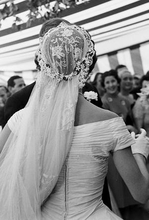 Фото №48 - 16 самых известных, красивых и дорогих свадебных платьев за всю историю