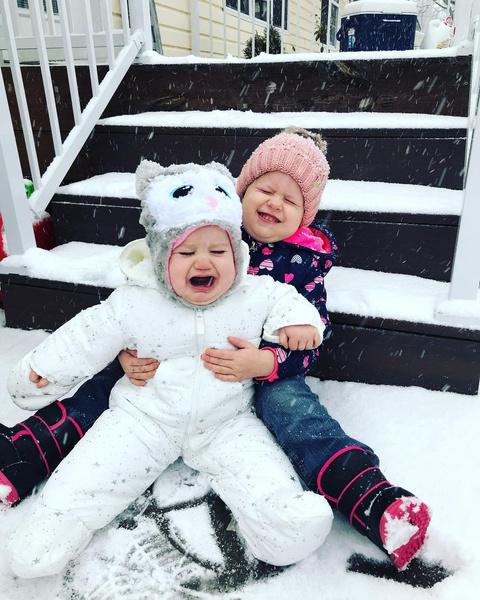Фото №2 - «Мама, что это?» 40 фото малышей, которые впервые видят снег