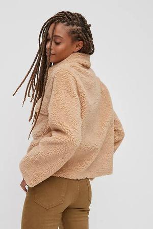Фото №11 - 4 бренда, у которых можно найти плюшевые куртки, как на Лили Коллинз