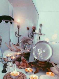 Фото №1 - Тест: Выбери ведьминскую атрибутику, и мы скажем, сколько в тебе процентов волшебства