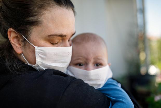 Врачи рассказали, почему детям опасно носить маски