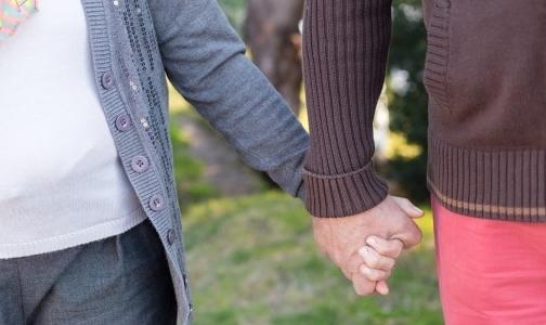 Фото №1 - Прожившие вместе 69 лет супруги умерли, держась за руки