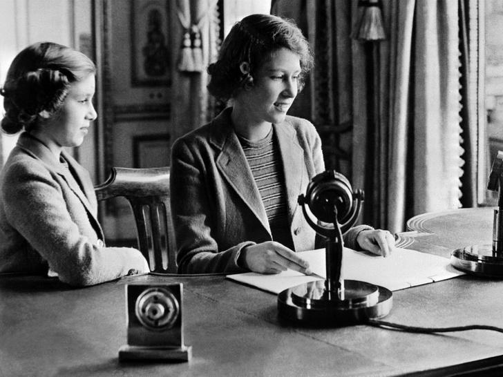 Фото №6 - Сестры и лучшие подруги: 20 самых трогательных и теплых фото Королевы и принцессы Маргарет