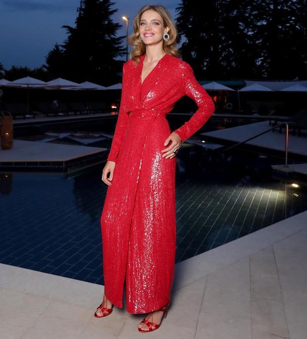 Фото №1 - Код «красный»: Наталья Водянова в невероятно элегантном образе на вечере в Женеве