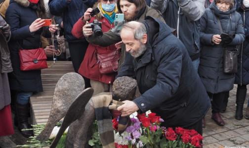 Фото №1 - На Карповке состоялось «человеческое» открытие монумента погибшим врачам «Печальный ангел»