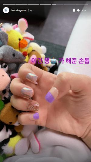 Фото №1 - Наклейки для ногтей: переливающиеся маникюры Момо и Чонён из TWICE