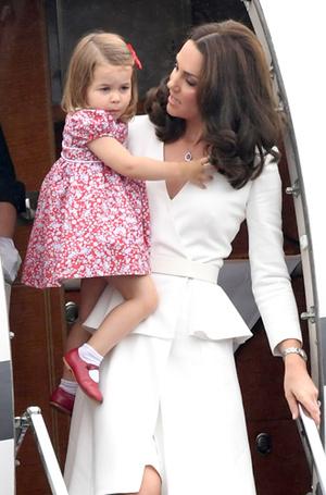 Фото №6 - Принцесса Шарлотта и принц Джордж: первые фото из Польши