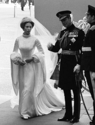 Фото №20 - Платья-близнецы: 15 слишком похожих свадебных нарядов королевских особ