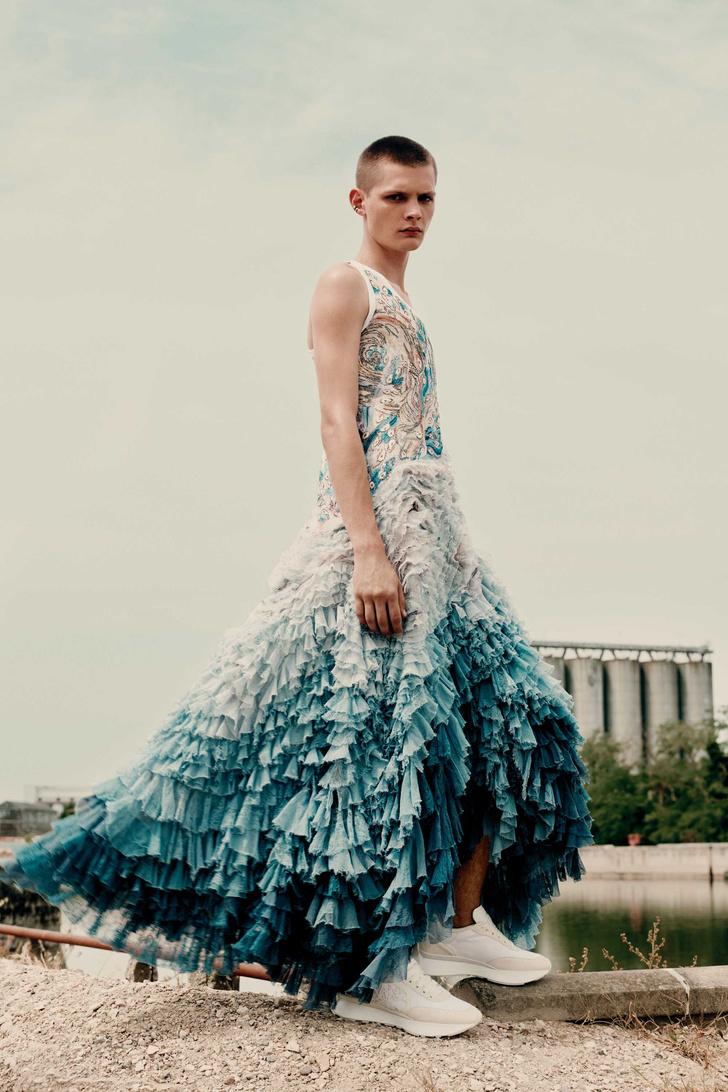 Фото №3 - Самые поэтичные костюмы (и одно платье!) в мужской коллекции Alexander McQueen Spring 2022