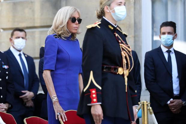 Фото №2 - 67-летняя Брижит Макрон надела платье, которое полнит даже стройную женщину