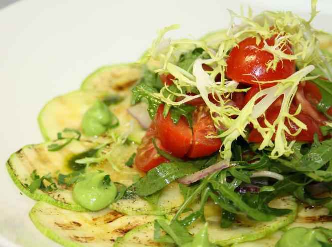 Фото №1 - Рецепты от шефа: карпаччо из цукини и салат с тунцом