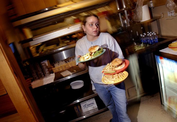 Фото №1 - Как официанты «Макдоналдса» и других подобных заведений узнают, куда нести заказ