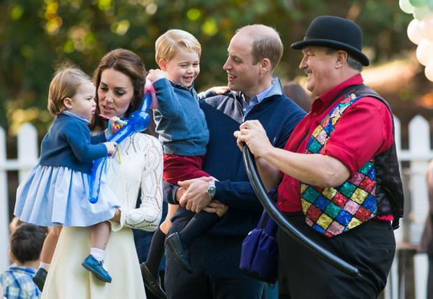 Фото №1 - 12 королевских традиций, которые нарушили Кейт Миддлтон и принц Уильям