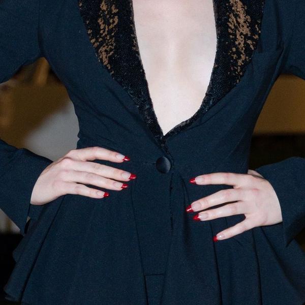 Фото №2 - Красный френч— самый модный нейл-дизайн этой осени. Доказывает Мэделин Петш ❤