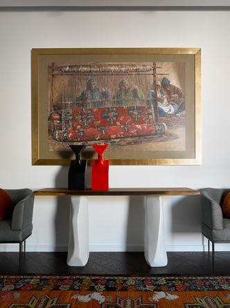 Холл второго этажа. На стене— картина Дауда Ахриева. Консоль, Cattelan Italia. Кресла, Rubelli Casa.