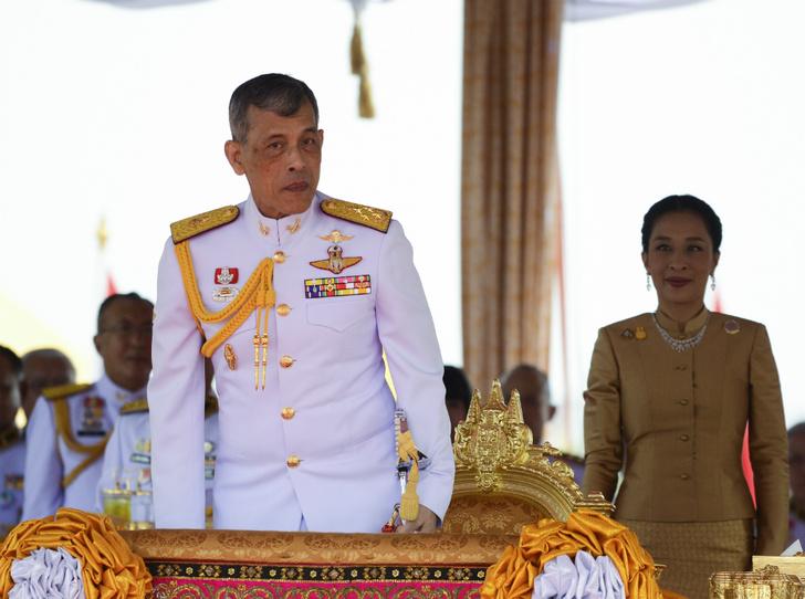 Фото №1 - Король Таиланда продолжает «чистку» во дворце
