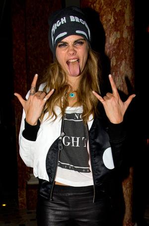 Фото №26 - Фейспалм и губы уточкой: самые смешные фото Кары Делевинь