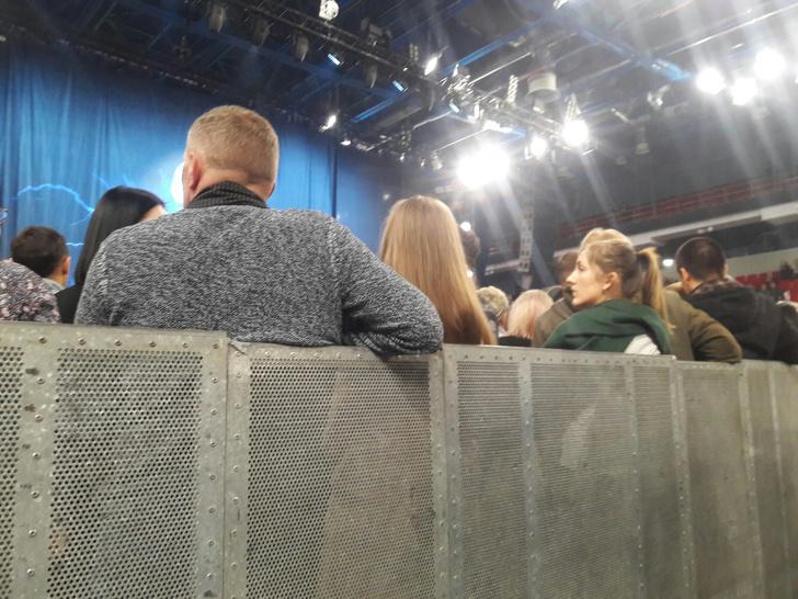 Фото №2 - В Екатеринбурге зрители заплатили за VIP-места на концерт Scorpions, а их посадили лицом к стенке (фото)