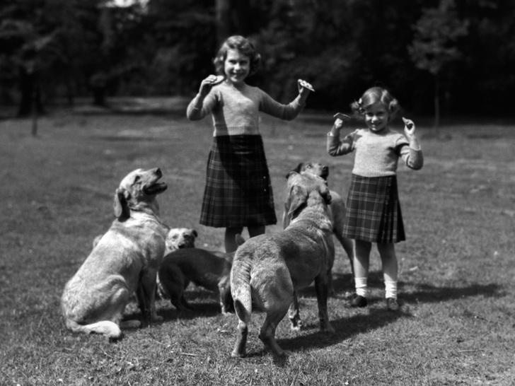 Фото №5 - Сестры и лучшие подруги: 20 самых трогательных и теплых фото Королевы и принцессы Маргарет
