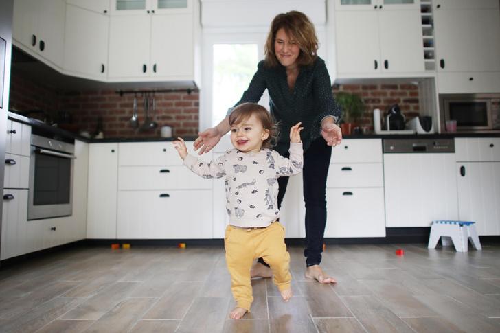 Ребенок пытается ходить в 7 месяцев: почему это опасно