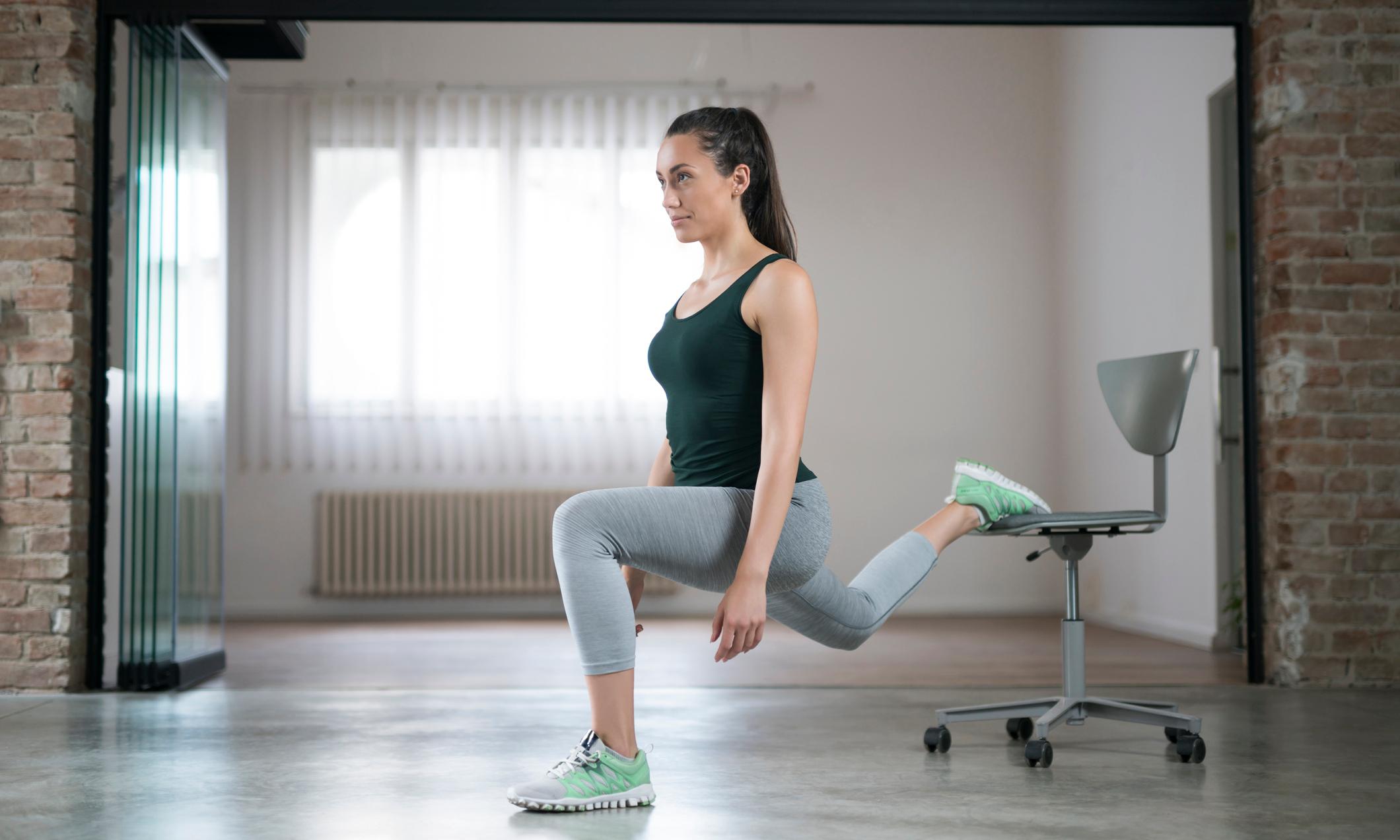 Фитнес дома: упражнения со стулом в домашних условиях, которые помогут похудеть