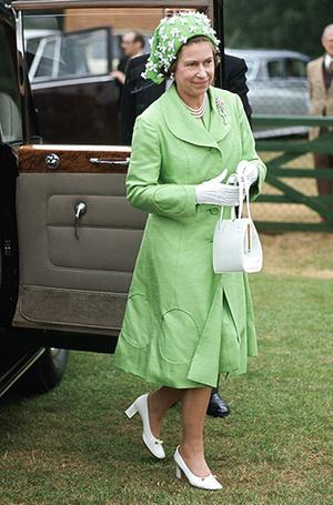 Фото №2 - Королева Елизавета II выбирает наряды с помощью «особого ритуала»