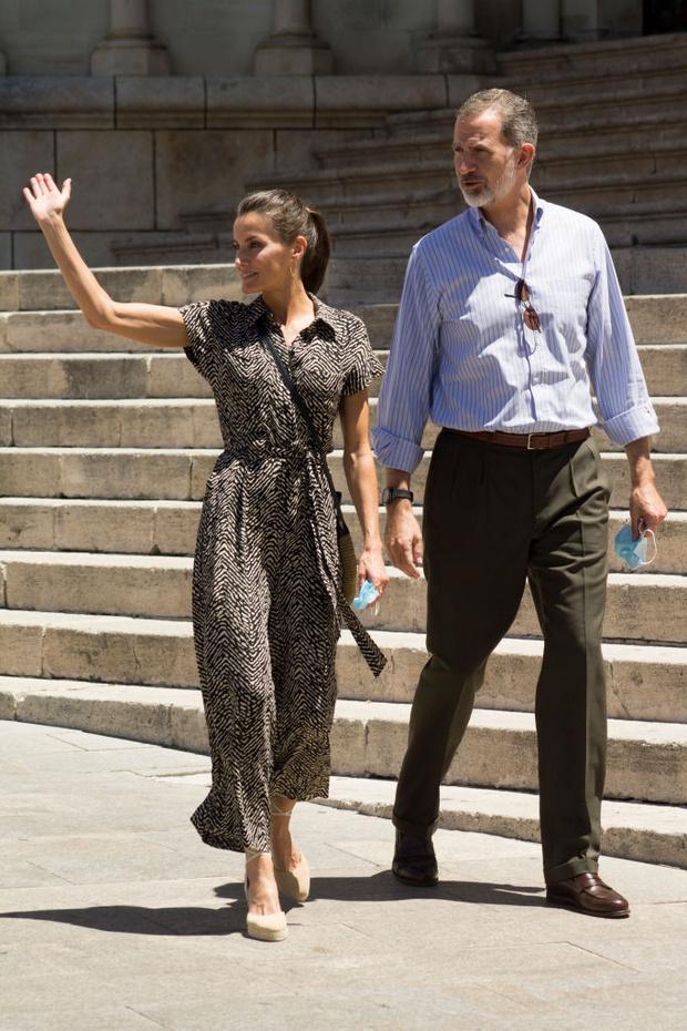 Фото №1 - Невесомый и демократичный комбинезон в стиле сафари: королева Летиция продолжает модное турне по Испании