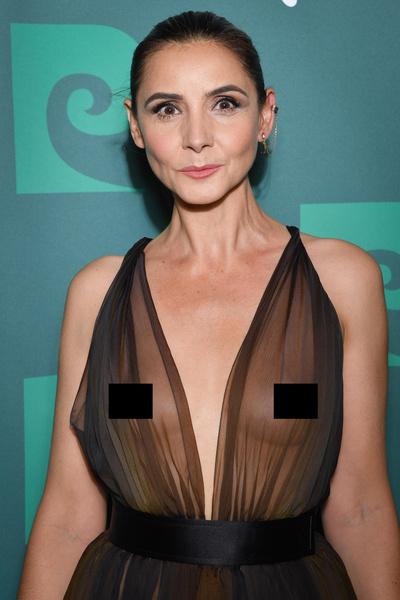 Фото №1 - 51-летняя актриса появилась на красной дорожке в прозрачном платье, обнажившем грудь