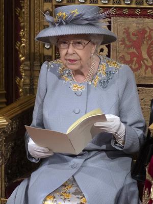 Фото №2 - Лавандовое пальто и никакой короны: первый (и очень важный) выход Елизаветы после траура
