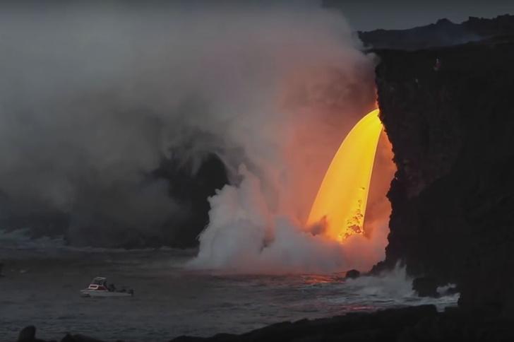 Фото №1 - На Гавайях образовался водопад из лавы
