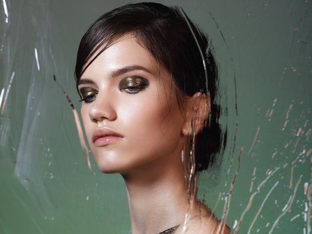 Фото №1 - «Стеклянные» smoky eyes: как повторить самый модный макияж этой зимы