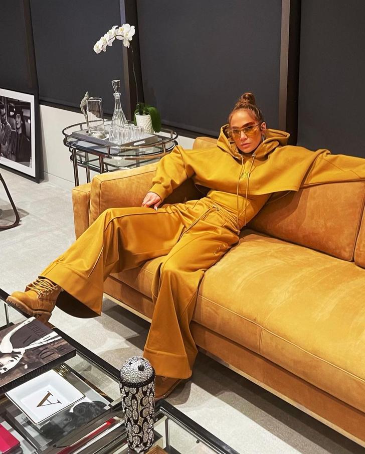 Фото №2 - Выбираю костюм под цвет дивана: модная мимикрия Дженнифер Лопес