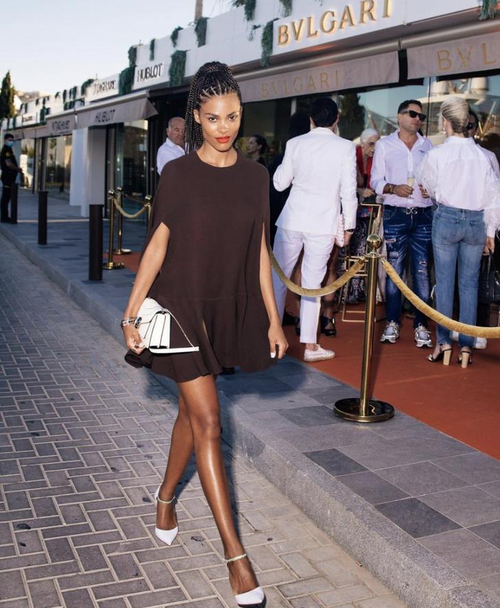 Фото №2 - Жарко: Тина Кунаки в кофейном платье-кейпе Valentino