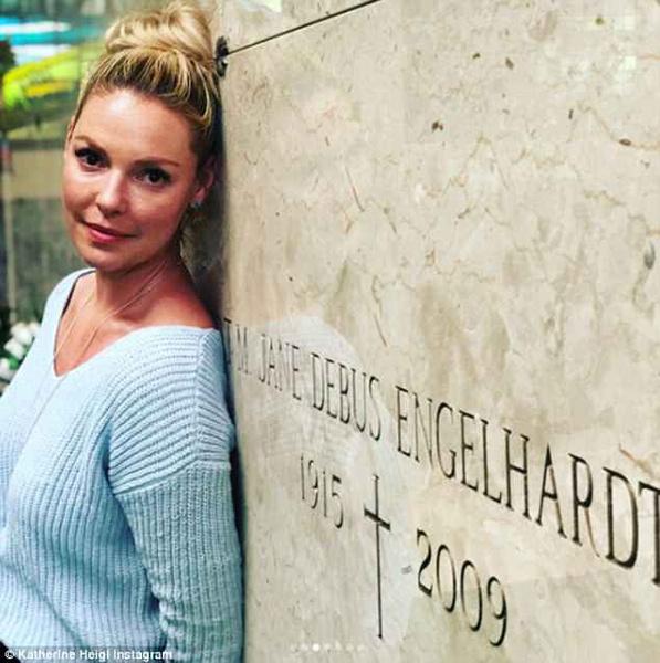 Фото №1 - Ничего святого! Актрису обвинили в кощунстве за позитивные селфи на кладбище