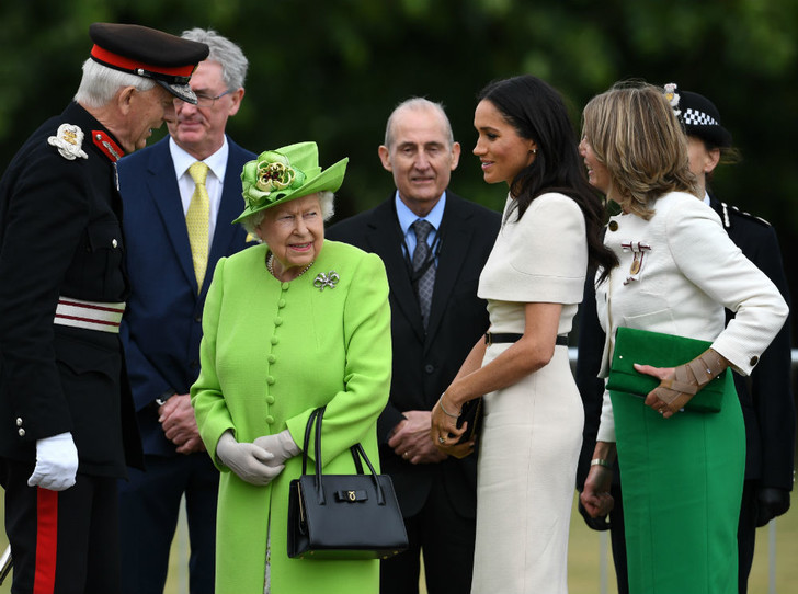 Фото №2 - Как Королева нарушила протокол ради Меган (но та не оценила)