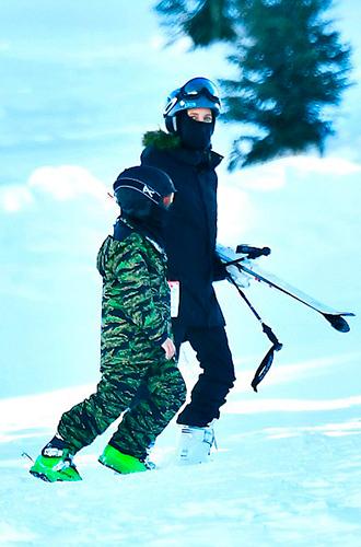 Фото №8 - Лыжню: Анджелина Джоли проводит выходные на горнолыжном курорте
