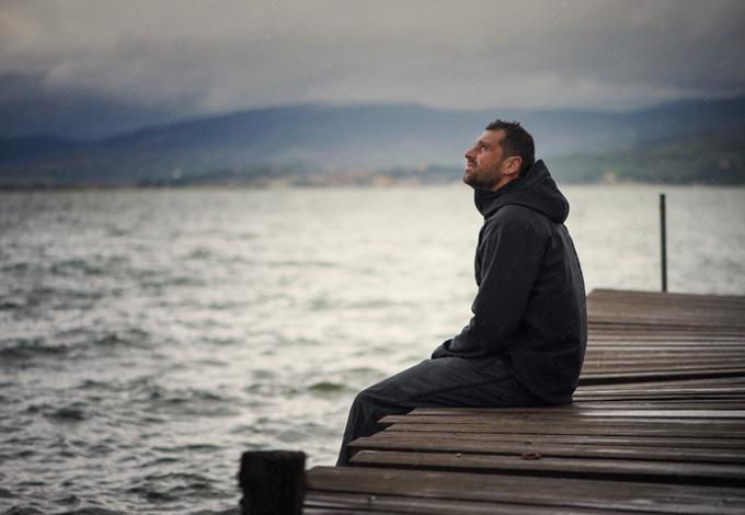 Мужчина на берегу