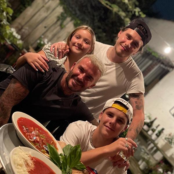 Фото №2 - Виктория Бекхэм показала фото красавца-мужа и сыновей, но все смотрят только в их тарелки