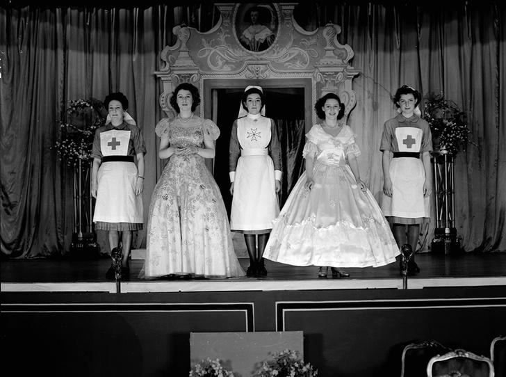 Фото №8 - Рождественский театр Виндзоров: как принцессы Елизавета и Маргарет поднимали боевой дух нации