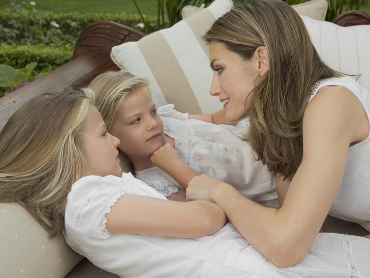 Фото №2 - Самые трогательные фото королевских мам с детьми