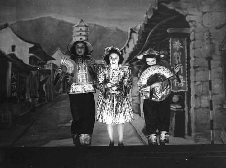Фото №21 - Рождественский театр Виндзоров: как принцессы Елизавета и Маргарет поднимали боевой дух нации