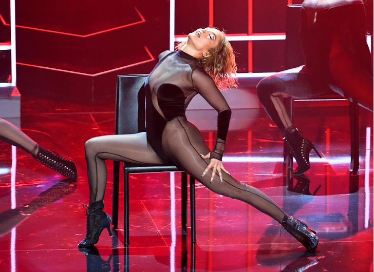 Фото №3 - 51-летняя Джей Ло в абсолютно прозрачном комбинезоне вышла на сцену