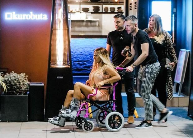 Фото №2 - «Она в агонии»: после травмы обеих ног у Кэти Прайс развилась серьезная инфекция
