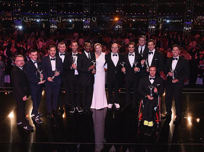Фото №7 - Князь Монако Альбер II на вручение премии пришел в обычных белых кроссовках