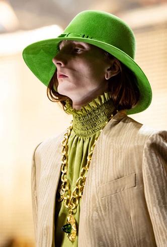 Фото №27 - Пушистые шляпы, ушанки и бейсболки без козырька: самые модные головные уборы сезона