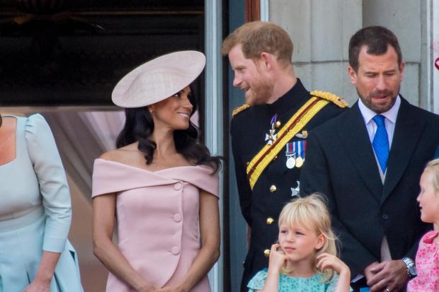 Фото №1 - Меган Маркл нарушила дресс-код на глазах у королевы