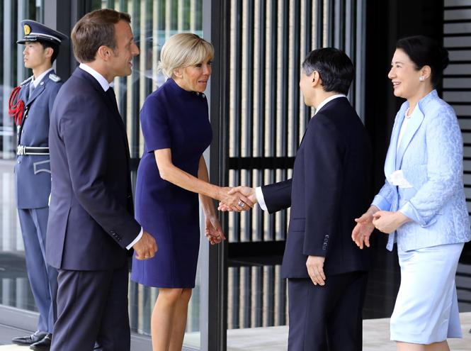 Фото №2 - Как прошла встреча четы Макрон с императором Японии
