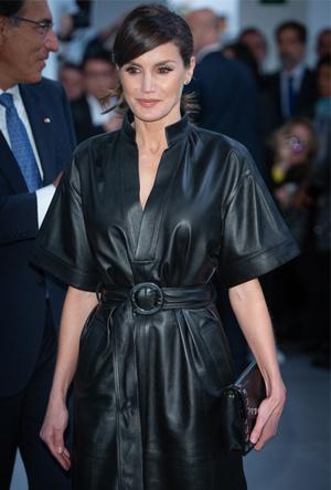 Фото №3 - 10 стильных кожаных платьев, как у королевы Летиции