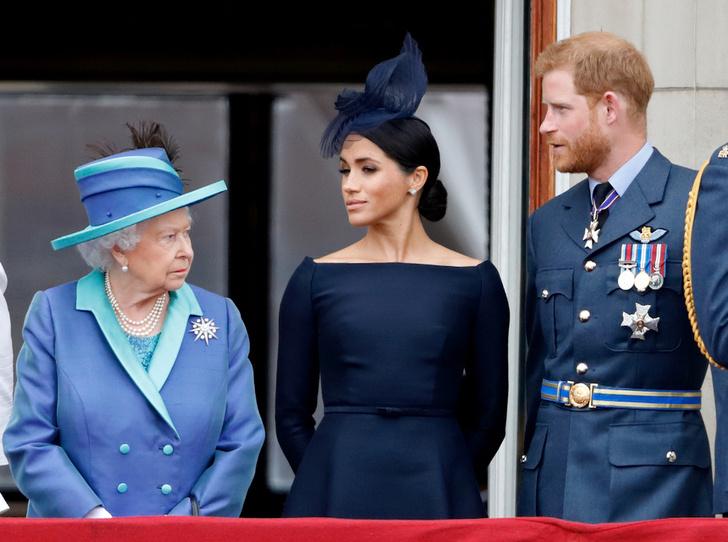 Фото №1 - «Расплата за дерзость»: Елизавета II намекнула на лишение титулов Гарри и Меган
